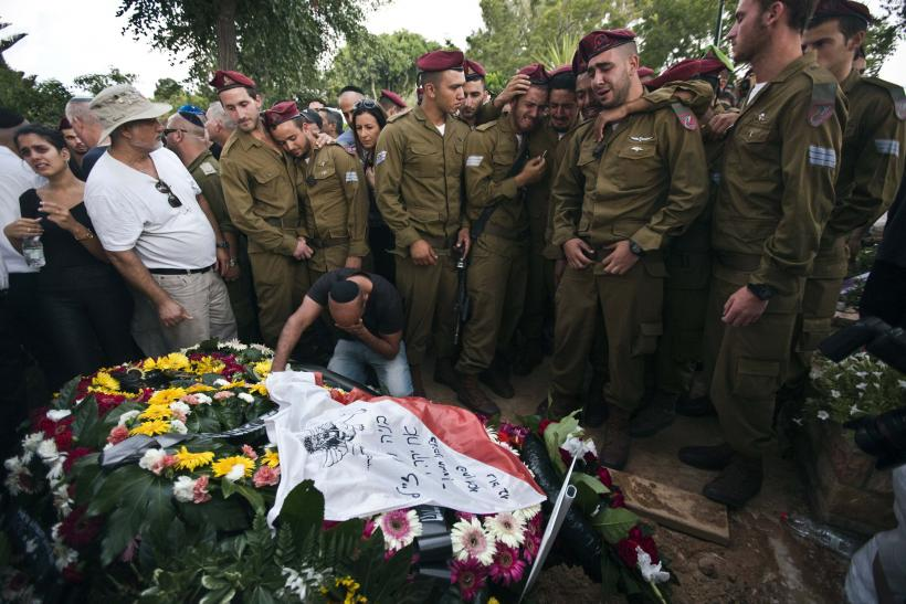 IDF soldiers mourn death of Israeli soldier.