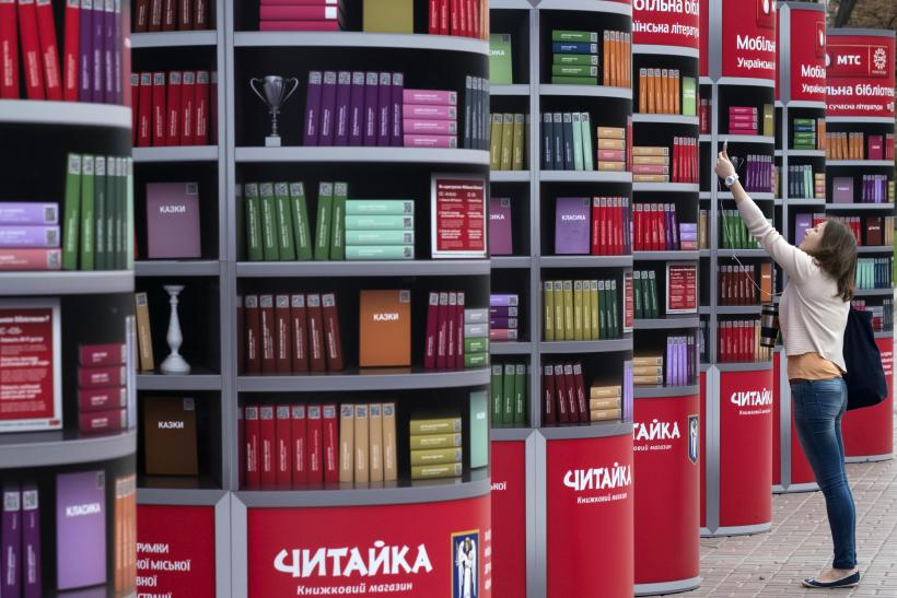 Ukrainian woman downloads books on iPhone